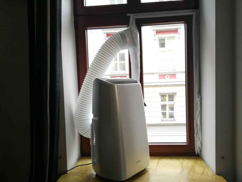 Klimatyzator z rurą na parapecie